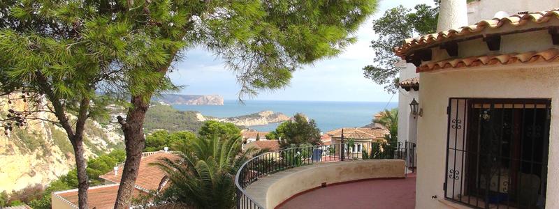 Blick vom Außenbereich des Hauses auf das Mittelmeer