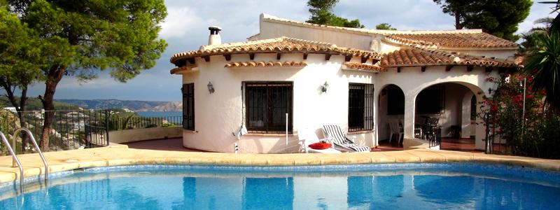 Blick vom Pool auf das Haus. Im Hintergrund sehen Sie den Montgó und die Bucht von Javea
