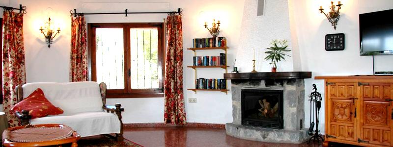 Blick vom Essbereich auf einen Teil des Wohnzimmers.