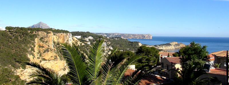 Ausblick vom Haus auf das Mittelmeer. Im Hintergrund sehen Sie den Montgó