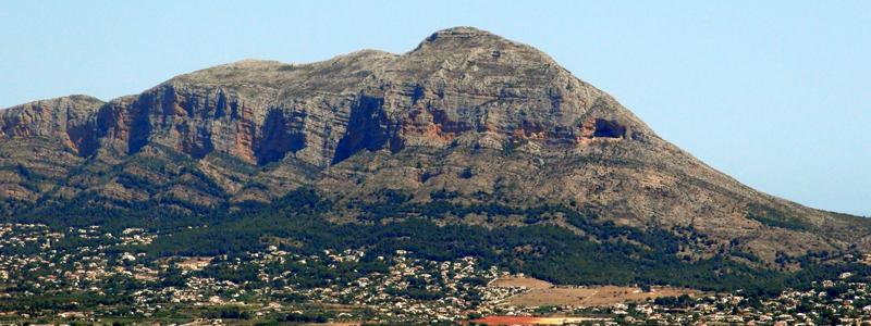 Bekannt als das Wahrzeichen der Region: Der Berg Montgó