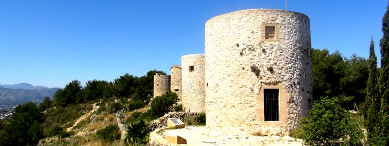 """""""La Moulins"""": Historische Mühlen am Montgó, die besichtigt werden können."""