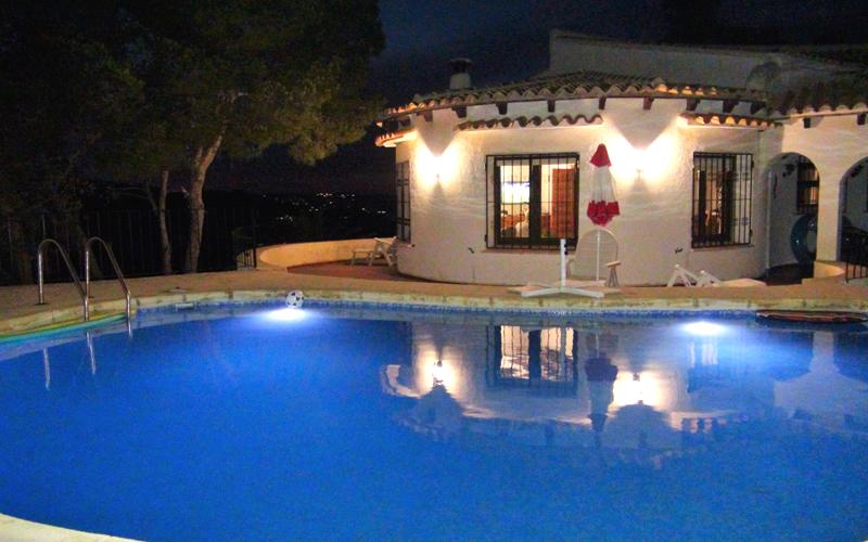Vor allem in milden Sommernächten kann der Pool auch nachts genutzt werden.